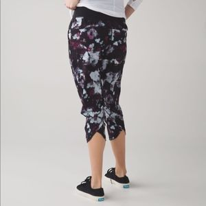 Lululemon tranquility crops - blossom print size 4